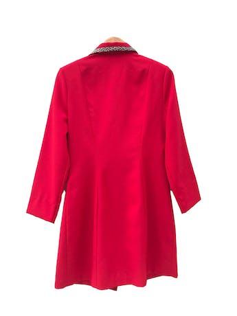 Abrigo vintage de tela tipo sastre roja con ribetes animal print en bolsillos y cuello. Largo 88cm foto 2