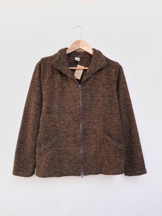Casaca tipo tejido marrón jaspeado con bolsillos y cierre delanteros Talla M/L foto 1