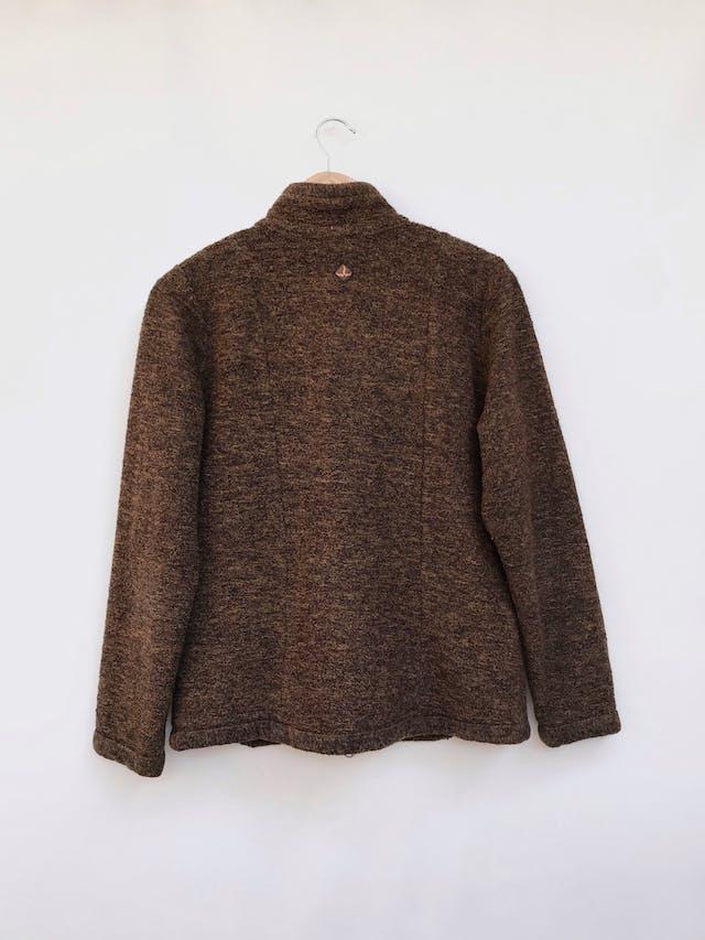 Casaca tipo tejido marrón jaspeado con bolsillos y cierre delanteros Talla M/L foto 2