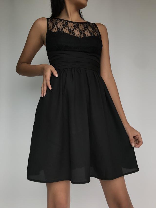 Vestido negro corte princesa con tela tipo encaje en el pecho, cierre y botón en la espalda Talla XS foto 3