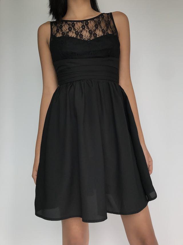 Vestido negro corte princesa con tela tipo encaje en el pecho, cierre y botón en la espalda Talla XS foto 1