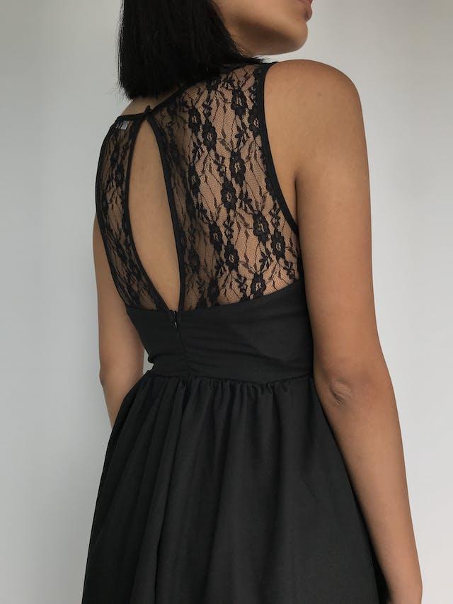 Vestido negro corte princesa con tela tipo encaje en el pecho, cierre y botón en la espalda Talla XS foto 2