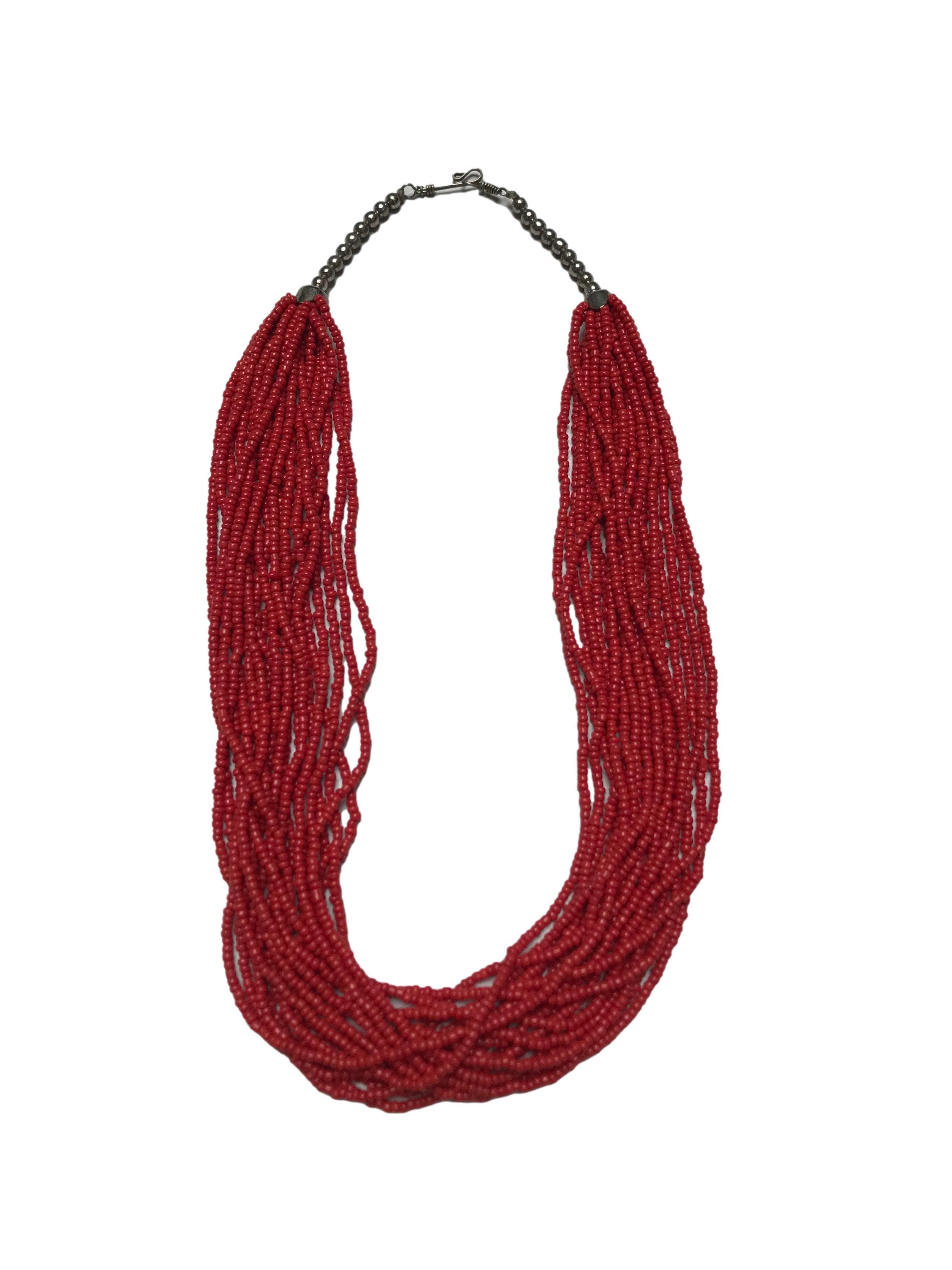 Collar con varias tiras de mostacillas rojas. Largo 50cm