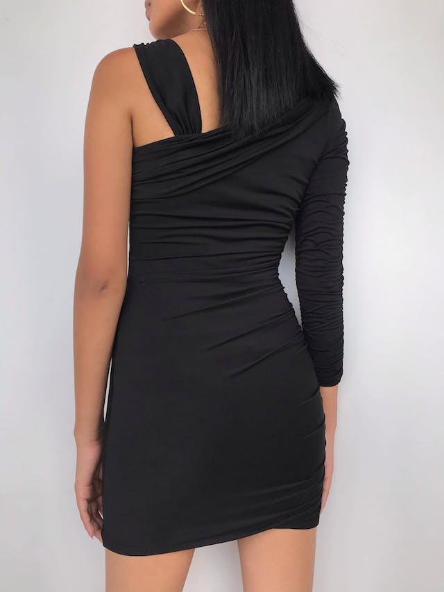 Vestido negro de una manga, tela stretch tipo lycra, drapeado lateral y forrado Talla S foto 3