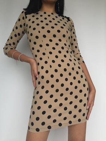 Vestido beige con polka dots negros, cierre posterior, stretch Talla XS foto 1