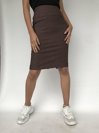 Falda marrón con líneas cruzadas al tono, pretina ancha, cierre posterior y abertura en la basta Talla S foto 1