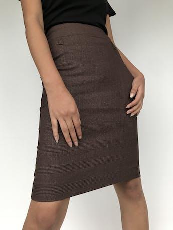 Falda marrón con líneas cruzadas al tono, pretina ancha, cierre posterior y abertura en la basta Talla S foto 2