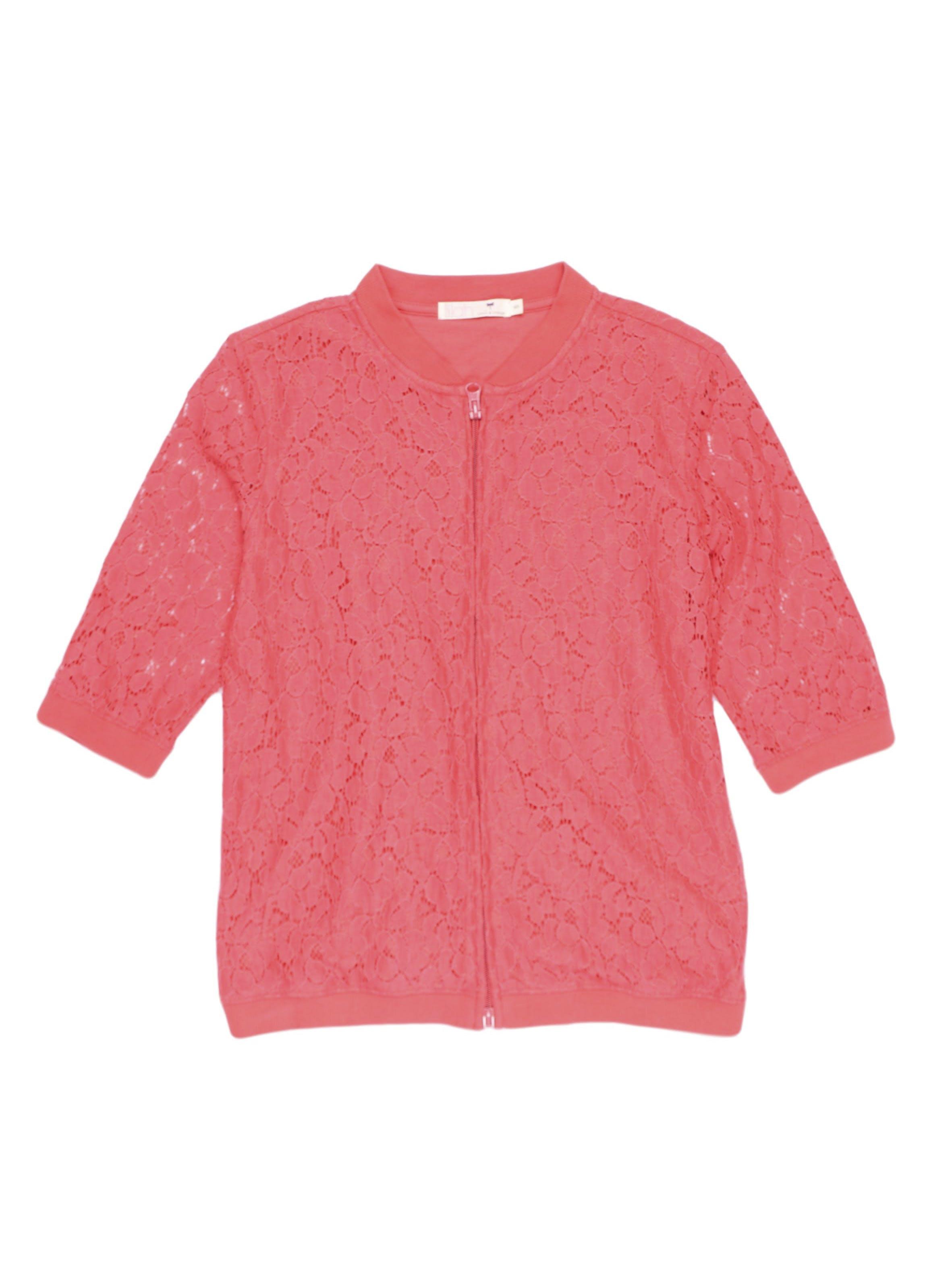 Casaca de encaje coral, forrada en el cuerpo, 70% algodón, manga 3/4 y cierre al centro.