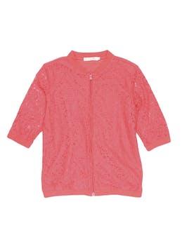 Casaca de encaje coral, forrada en el cuerpo, 70% algodón, manga 3/4 y cierre al centro. foto 1