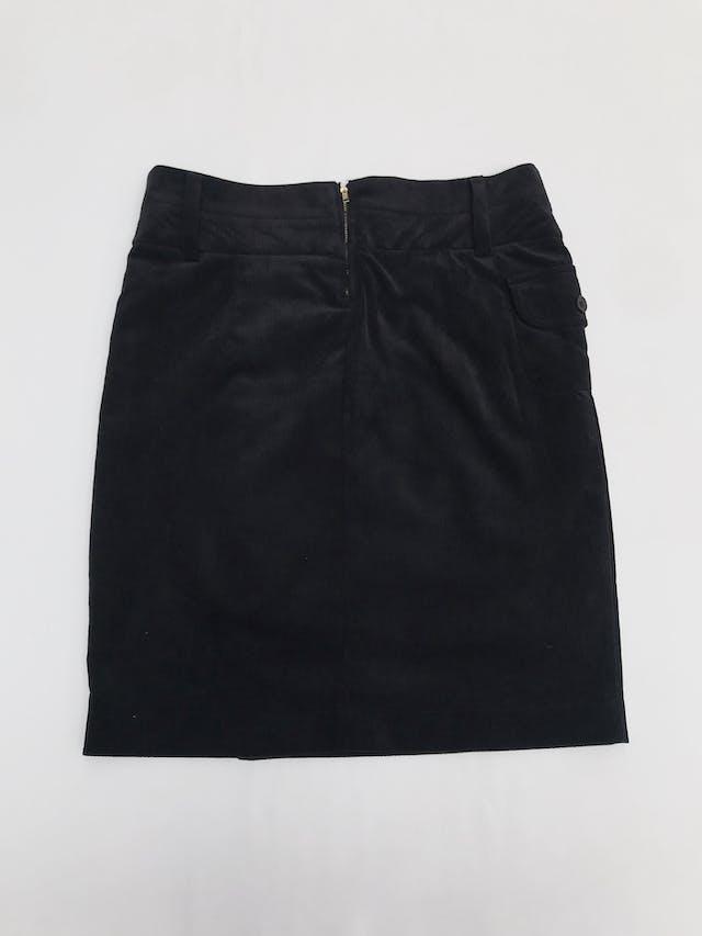 Falda de corduroy negro con doble fila de botones, bolsillos lateral y cierre posterior. Largo 50cm Talla S/M chico foto 2