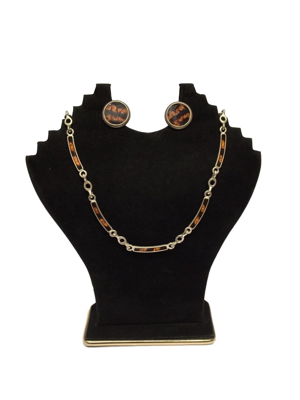 Collar plateado con rectángulos en tonos marrones e intersecciones circulares Circunferencia: 46 cm