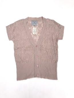 Chompa tejido palo rosa con calados, cuello V, manga corta y botones foto 1