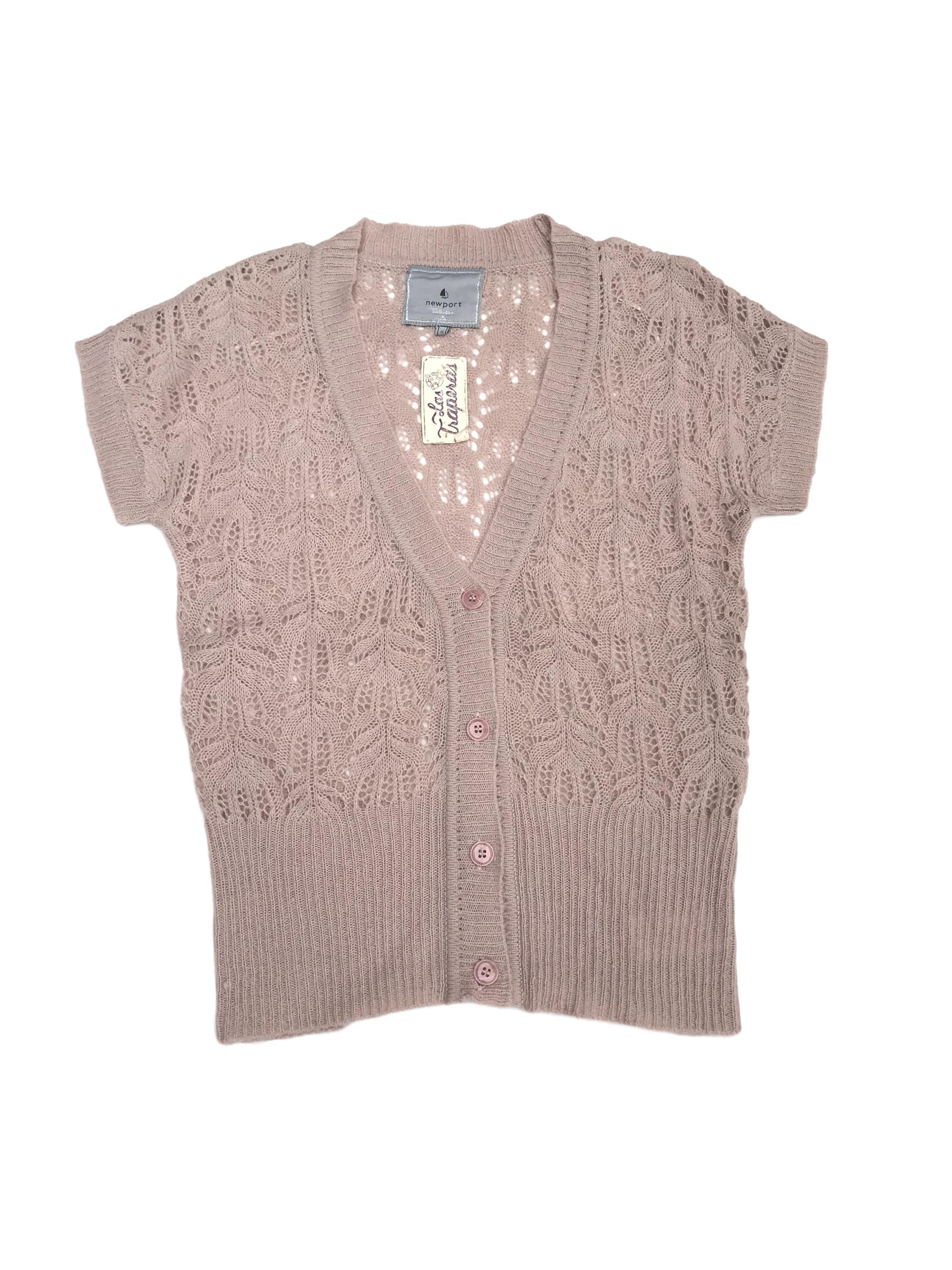 Chompa tejido palo rosa con calados, cuello V, manga corta y botones