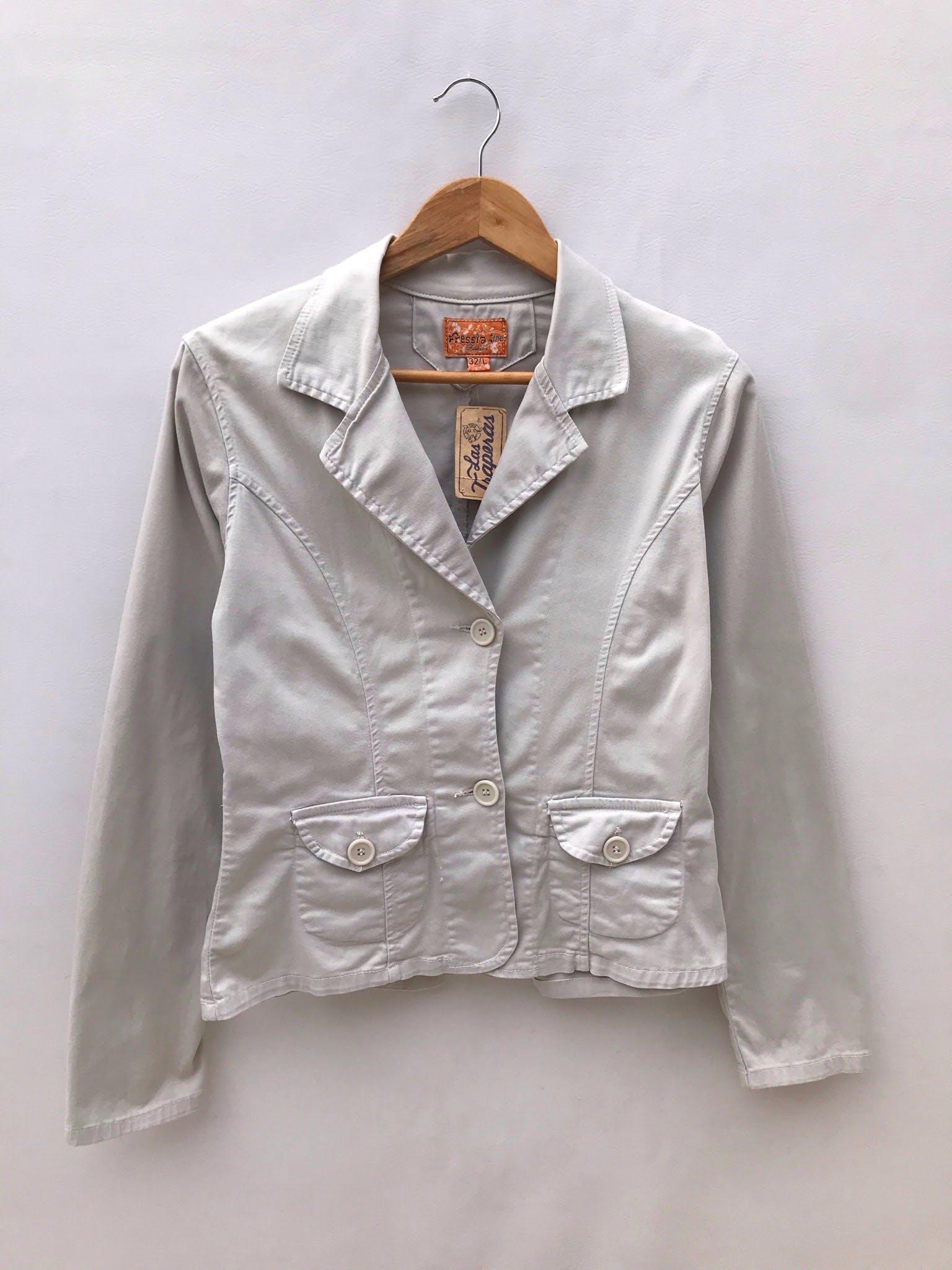 Casaca beige de drill con solapa, bolsillos, manga larga y dos botones, Muy combinable! Talla S