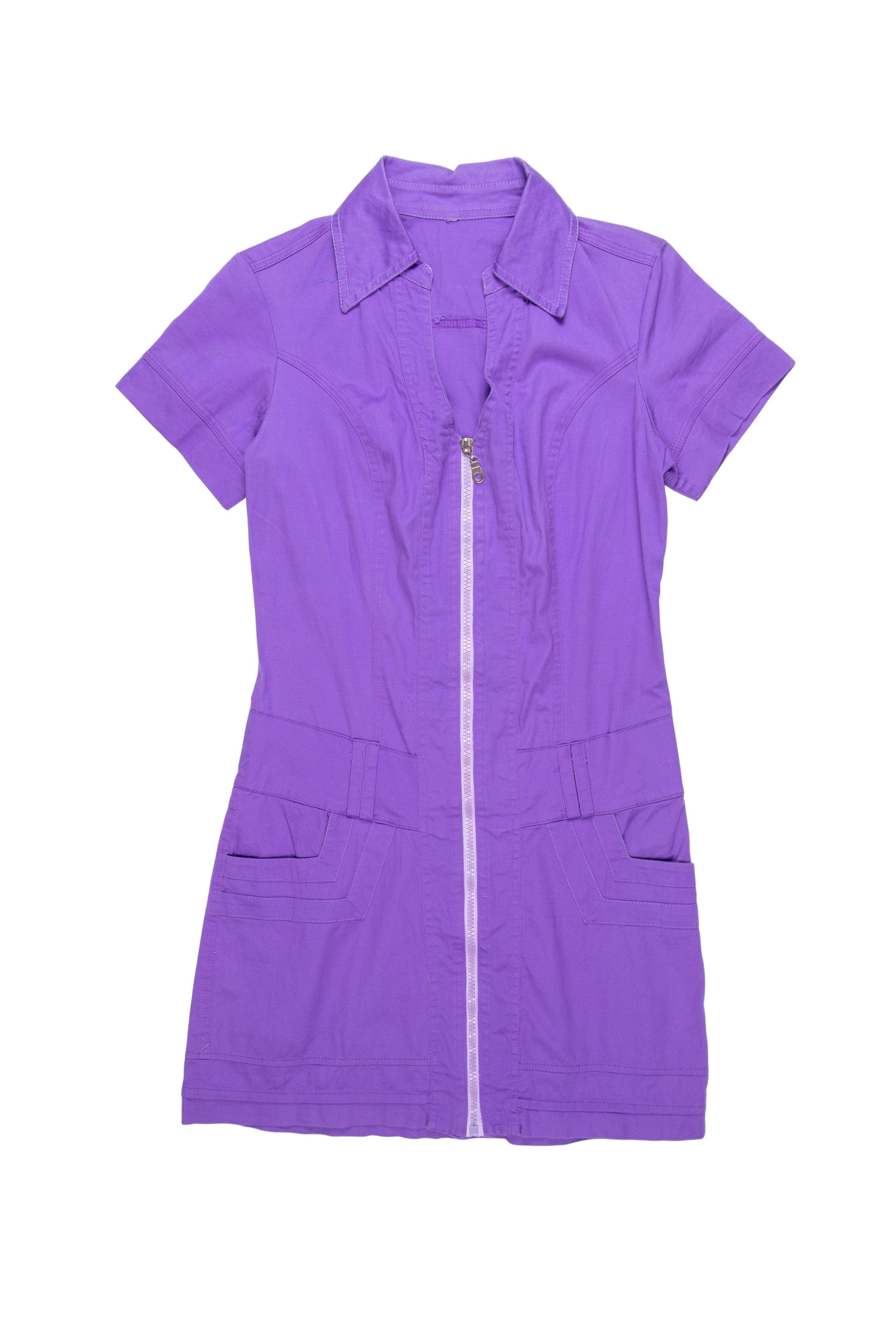 Vestido morado de drill ligeramanete stretch, con cuello camisero, escote en V, bolsillos laterales y cierre central. Busto 90cm Cintura 72cm Largo 78cm