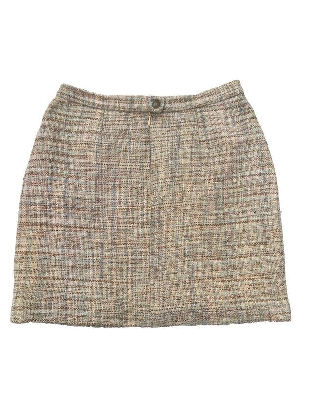 Falda tipo tweed en tonos verdes, forrada, con bolsillos delanteros, cierre y botón posterior. Cintura 72cm Largo 43cm foto 2
