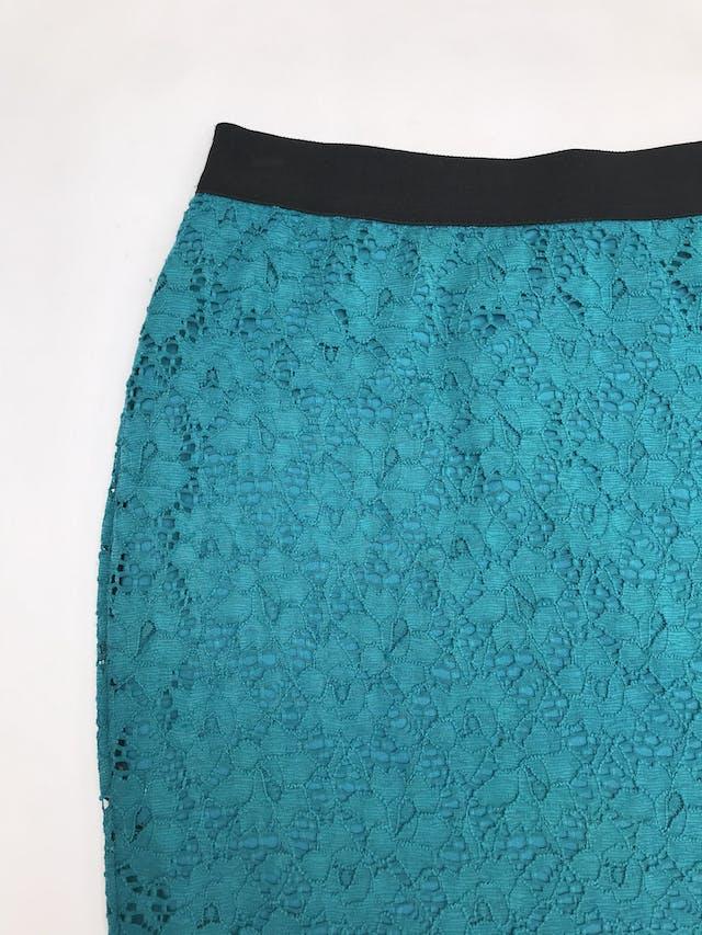 Falda de encaje con elástico negro en la cintura, es stretch y lleva forro. Largo 43cm foto 2
