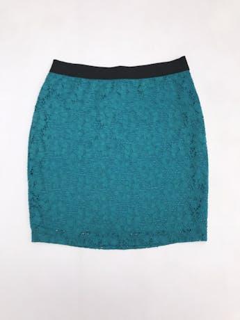 Falda de encaje con elástico negro en la cintura, es stretch y lleva forro. Largo 43cm foto 1