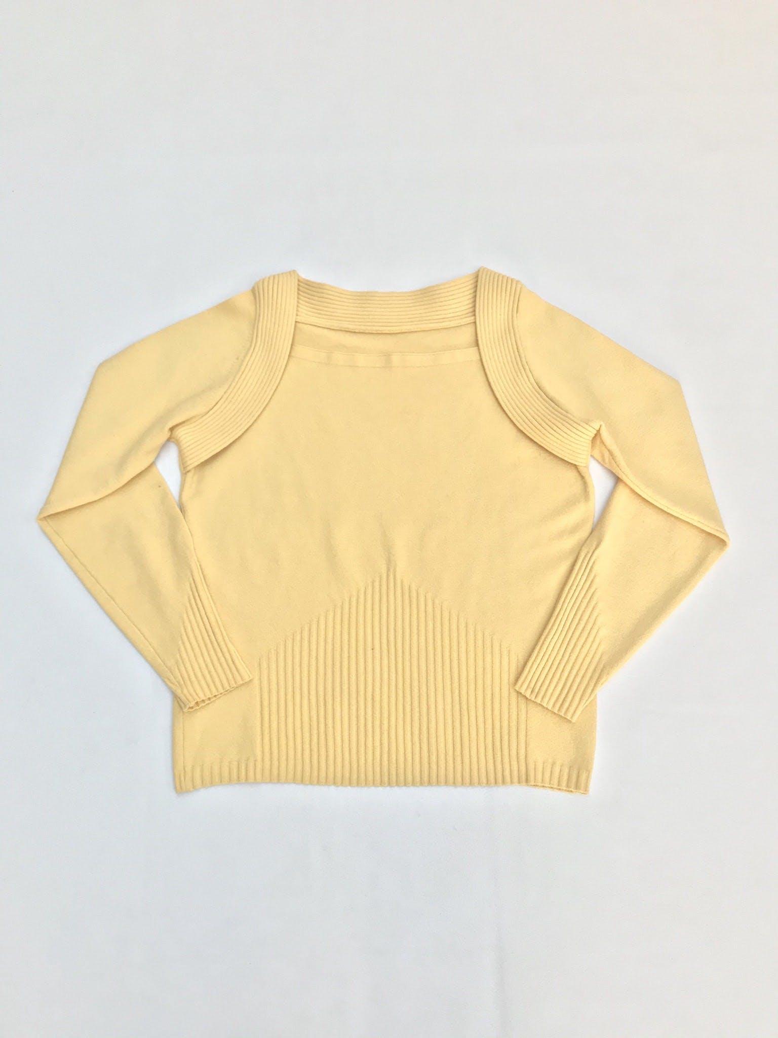 Chompita amarilla con detalles de textura acanalada