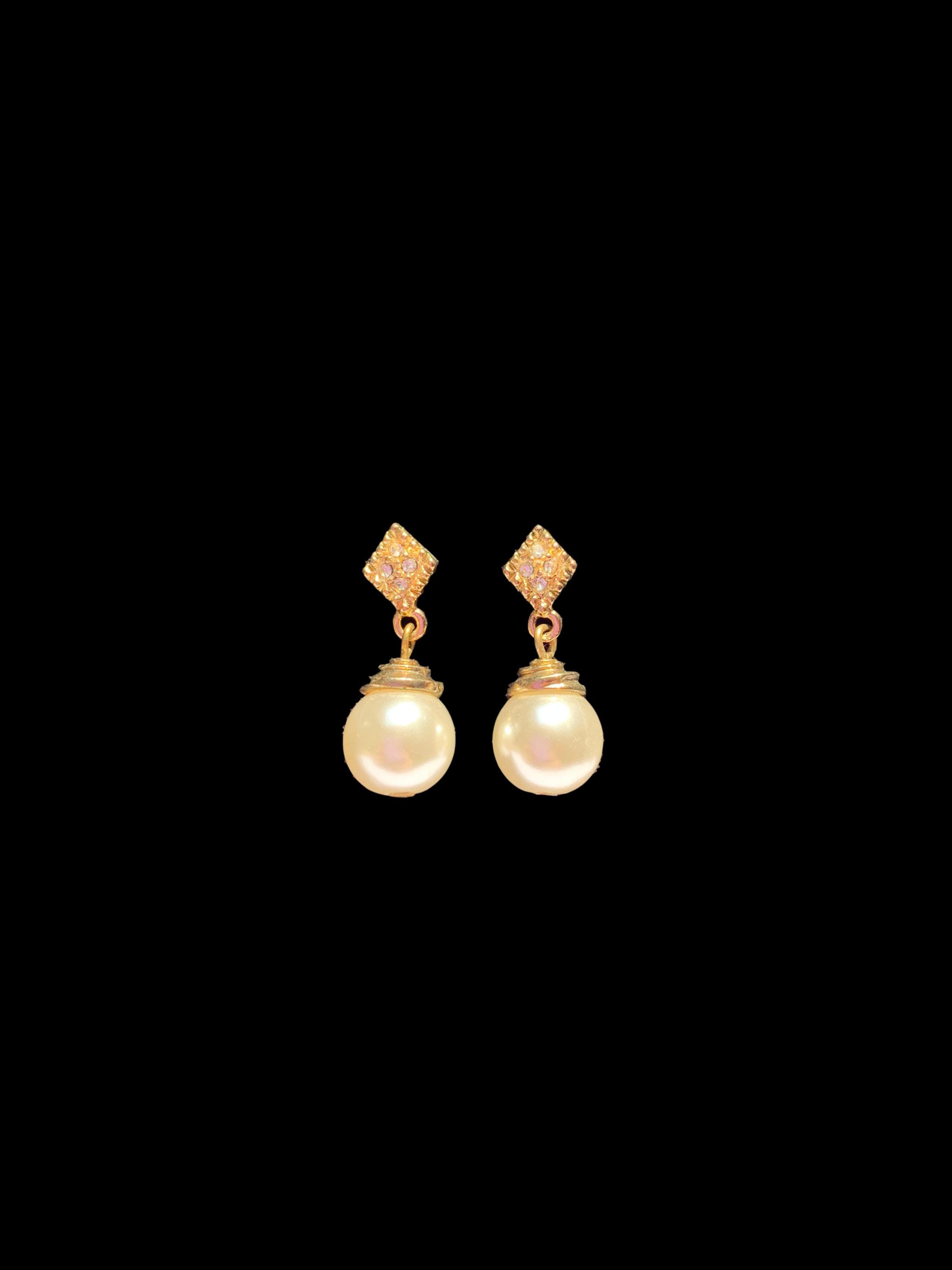 Aretes dorados rombito y perla colgante. Largo 2cm