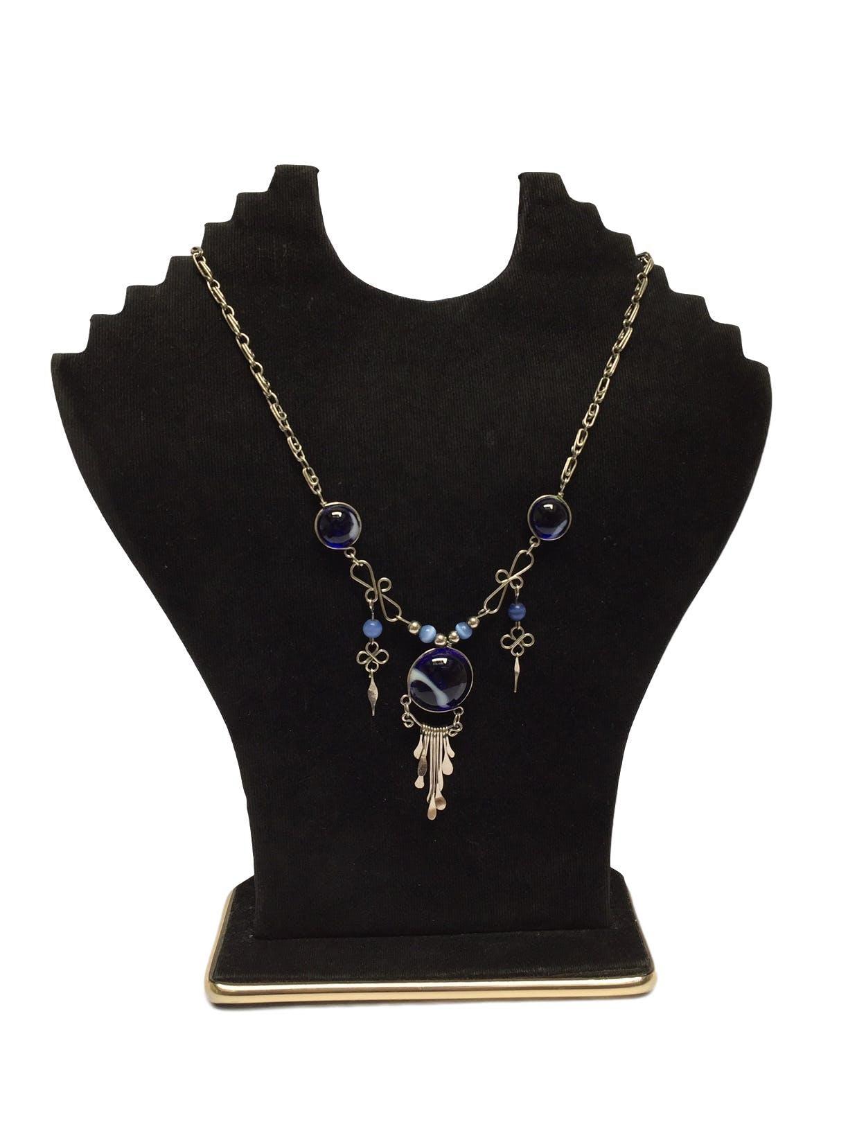 Collar cadena plateada estilo filigrana con piedras pulidas, murano y colgantes
