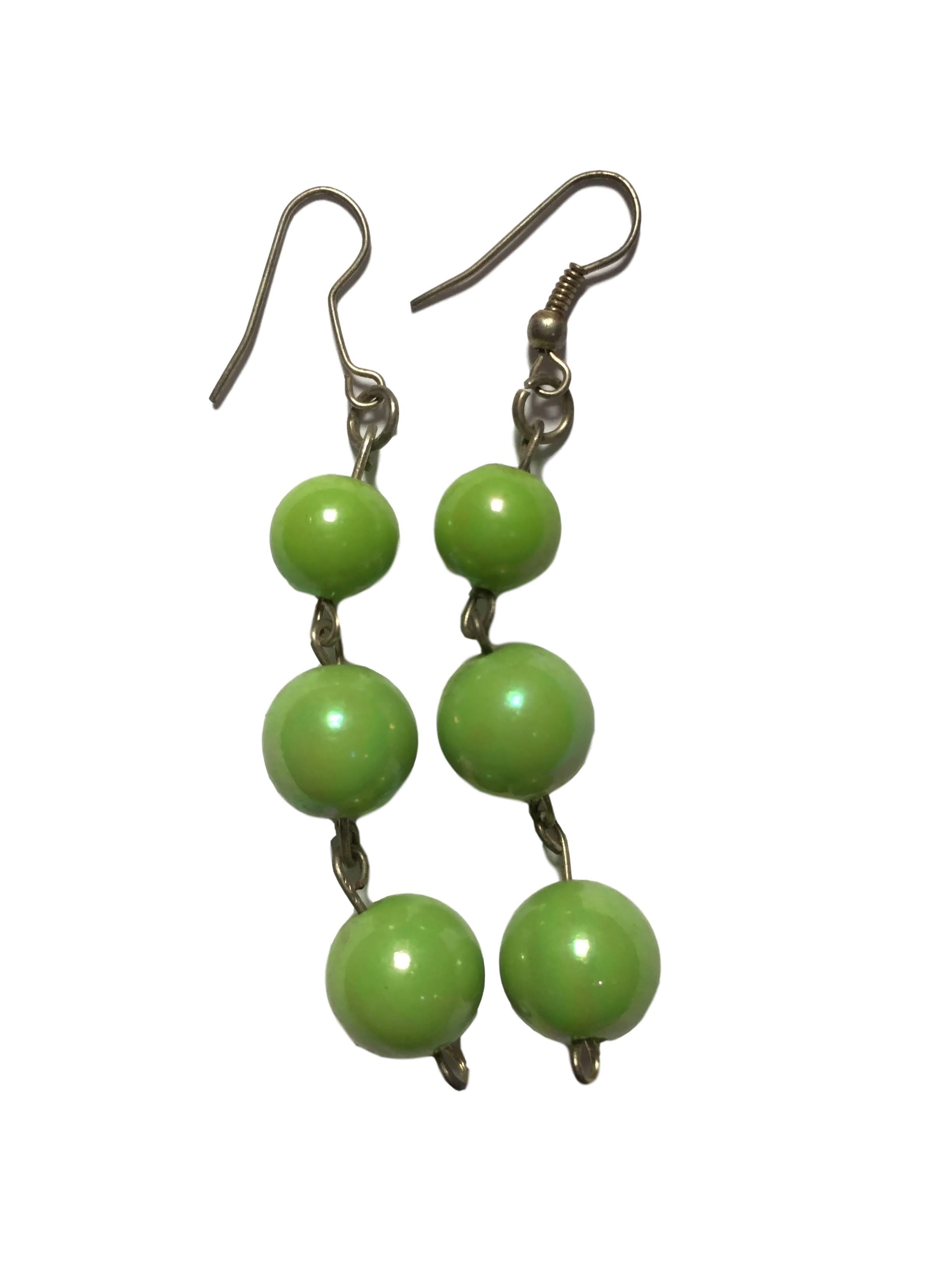 Aretes colgantes con esferas verdes. Largo 6cm