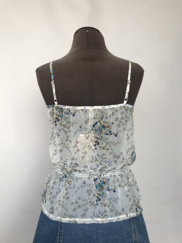 Blusa Dunkelvolk de gasa blanca con estampado de flores azules y verdes, fila de botones y elástico en la cintura Nuevo con etiqueta S/. 119 Talla M en etiqueta (Parece ser S) foto 2