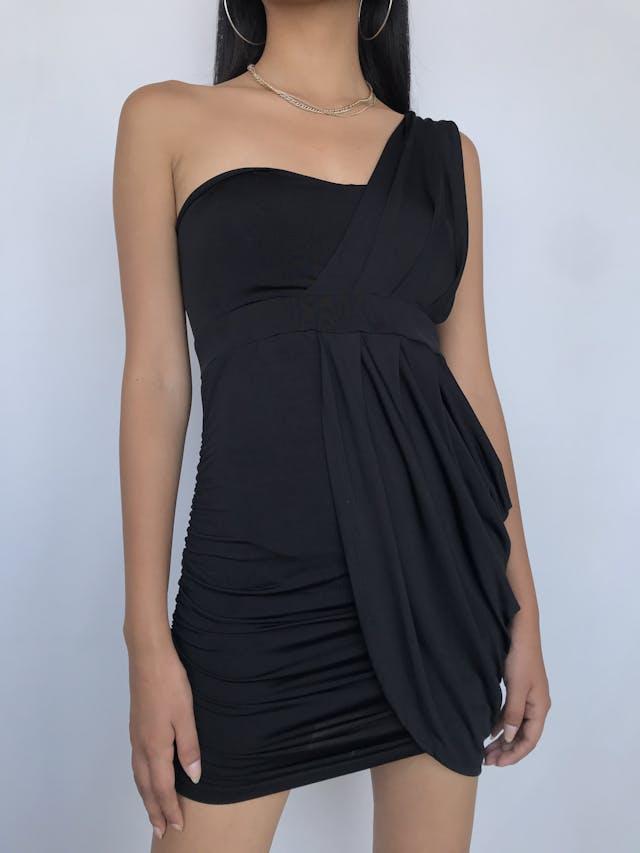 Vestido Lois de tela tipo licra negra, one shoulder, encarrujado a los lados y strech. Favorece a la figura  Talla S (puede ser M chico) foto 1