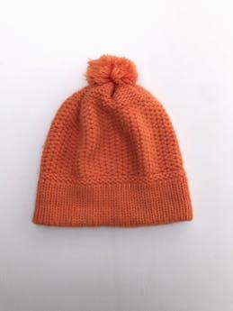 Gorrito tejido anaranjado con pom pom foto 1