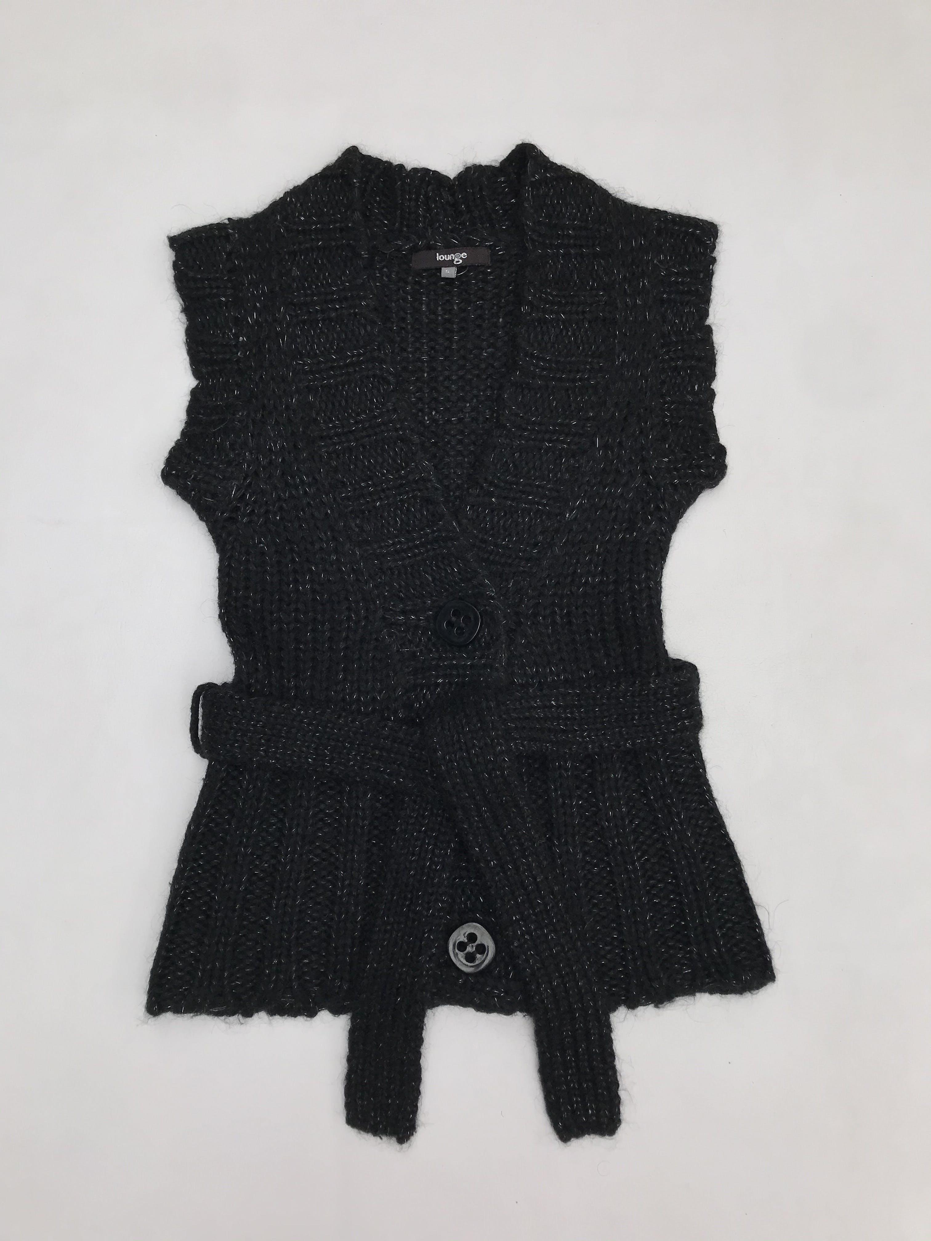 Chaleco tejido negro con hilos satinados, botones delanteros y cinto