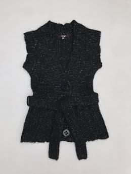 Chaleco tejido negro con hilos satinados, botones delanteros y cinto foto 1