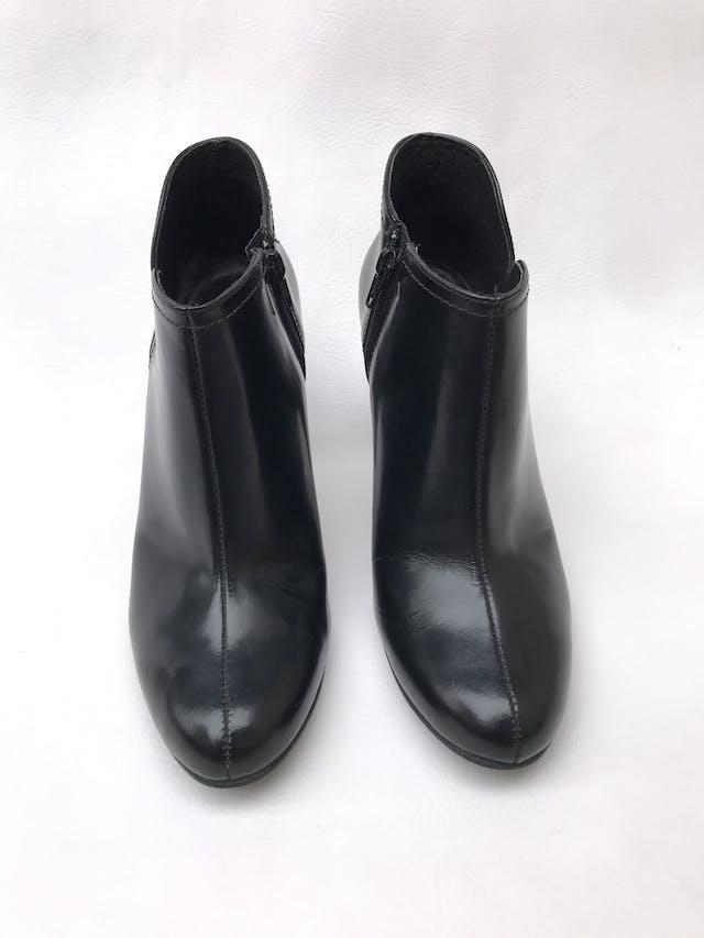 Botines de cuero negro con cierre en lado interior, taco 9cm. El izquierdo tiene un raspado cerca a la suela, puesto no se percibe. Estado 8/10 foto 2