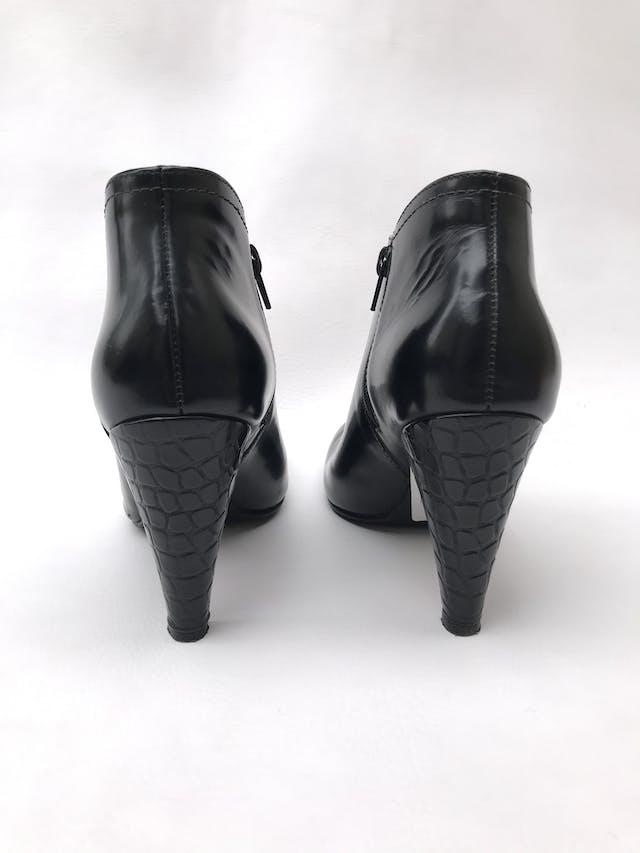Botines de cuero negro con cierre en lado interior, taco 9cm. El izquierdo tiene un raspado cerca a la suela, puesto no se percibe. Estado 8/10 foto 3