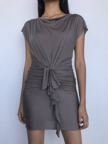 ¡DISEÑADOR!! Vestido 3.1 Phillip Lim 55% seda 45% algodón marrón fresco y rico al tacto, corte a la cintura con recogido y volante en la falda. Hermoso! Precio original S/ 1200 Talla XS foto 1