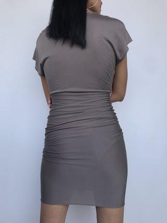 ¡DISEÑADOR!! Vestido 3.1 Phillip Lim 55% seda 45% algodón marrón fresco y rico al tacto, corte a la cintura con recogido y volante en la falda. Hermoso! Precio original S/ 1200 Talla XS foto 2