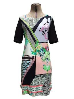 Vestido Basement full estampado de flores y formas geométricas, tela tipo chalis, corte recto y lleva botones en la espalda alta Talla M foto 1