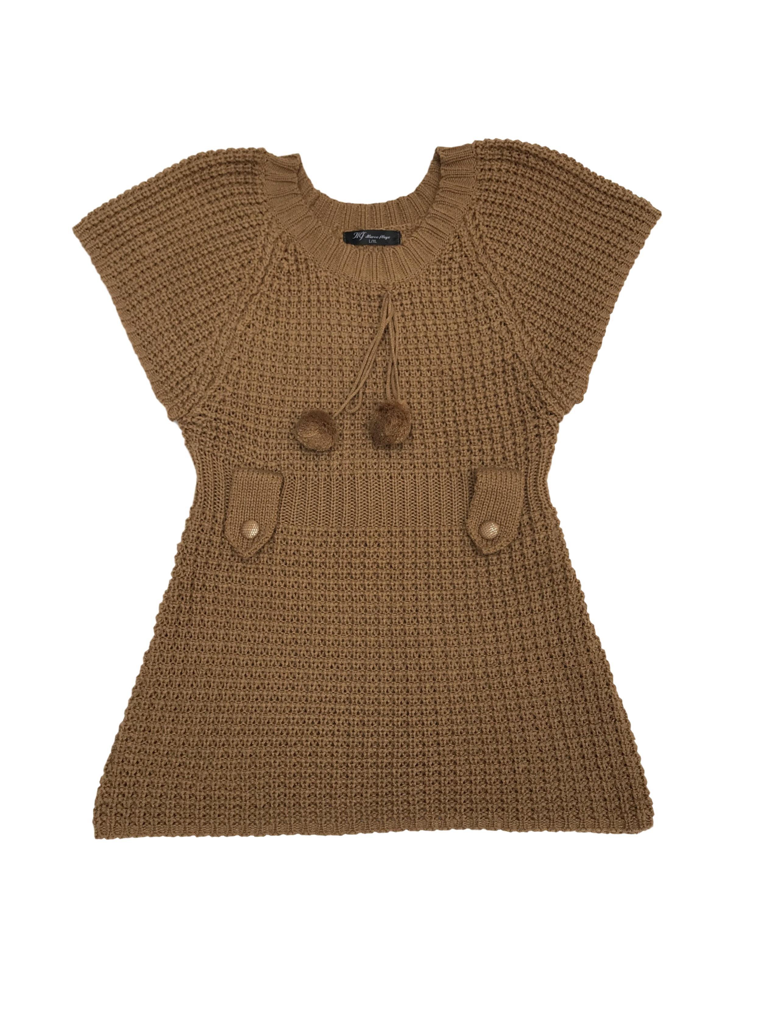 Chompa tejida con pompones en el cuello y presillas en la cintura
