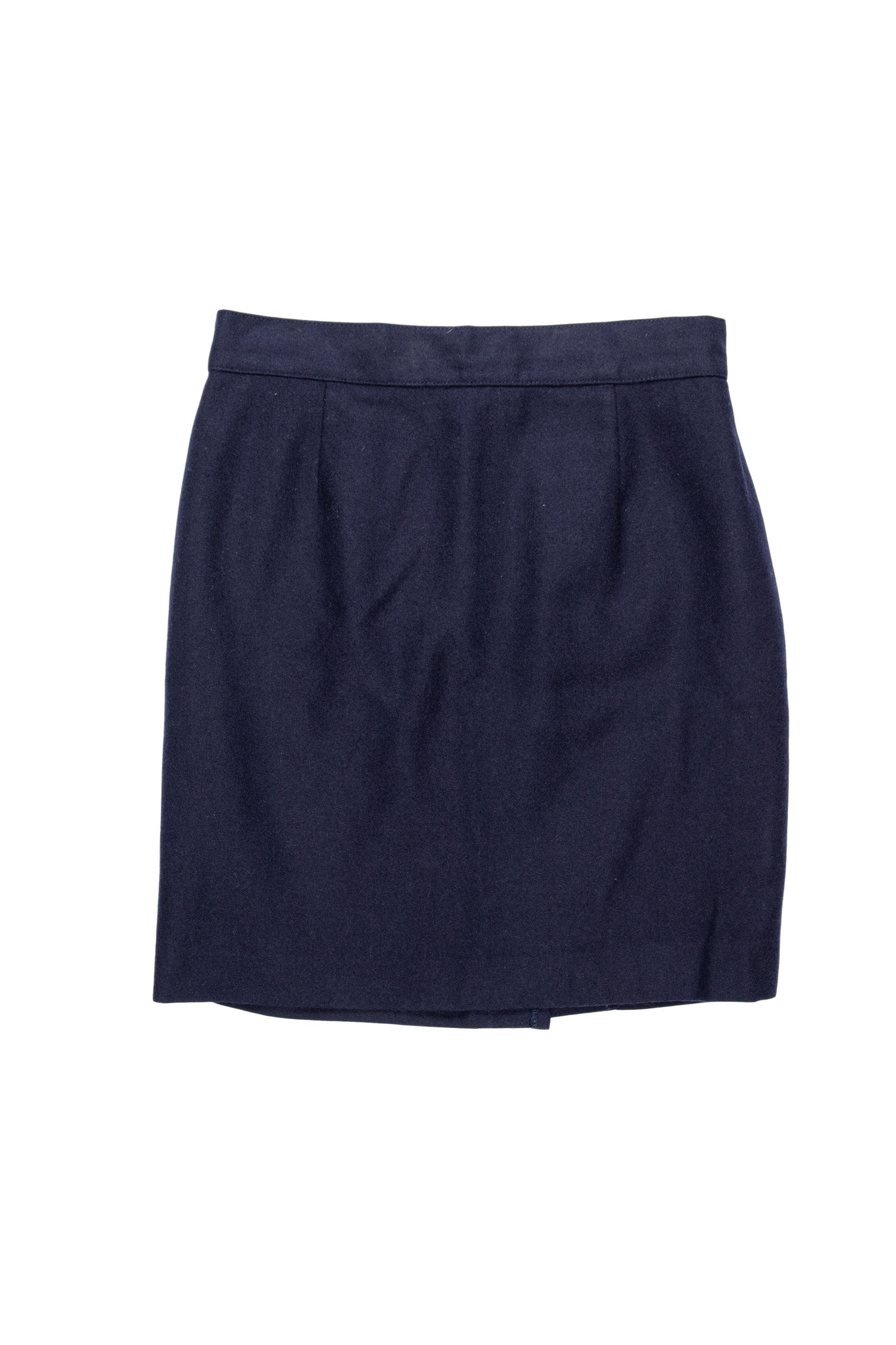 Falda mini de paño azul, forrada, con botón y cierre posterior. Cintura 70 cm, largo 48 cm