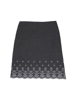 Falda gris tipo lanilla con perforaciones y bordados blancos en la basta, lleva forro y cierre lateral. Cintura 76 cm, largo 57 cm foto 1
