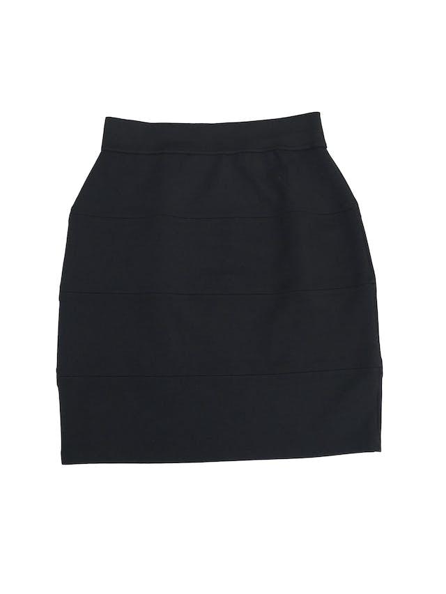 Falda tubo negra, tela tipo algodón strech, cortes horizontales y elástico en la cintura. Largo 47cm foto 1