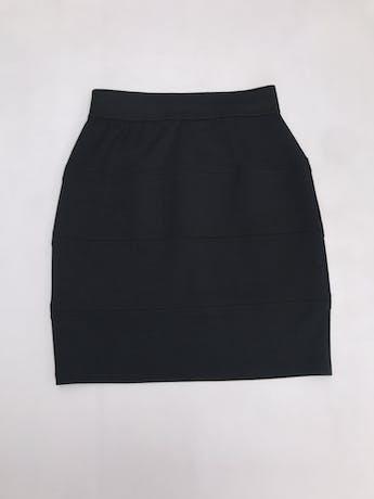 Falda tubo negra, tela tipo algodón strech, cortes horizontales y elástico en la cintura. Largo 47cm foto 2