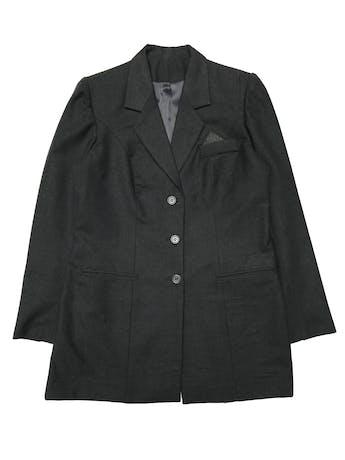 Abrigo tipo lanilla gris, corte recto, forrado, con solapas y botones, bolsillos delanteros. Ancho 110cm Largo 80cm foto 1
