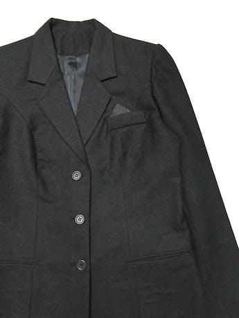 Abrigo tipo lanilla gris, corte recto, forrado, con solapas y botones, bolsillos delanteros. Ancho 110cm Largo 80cm foto 2