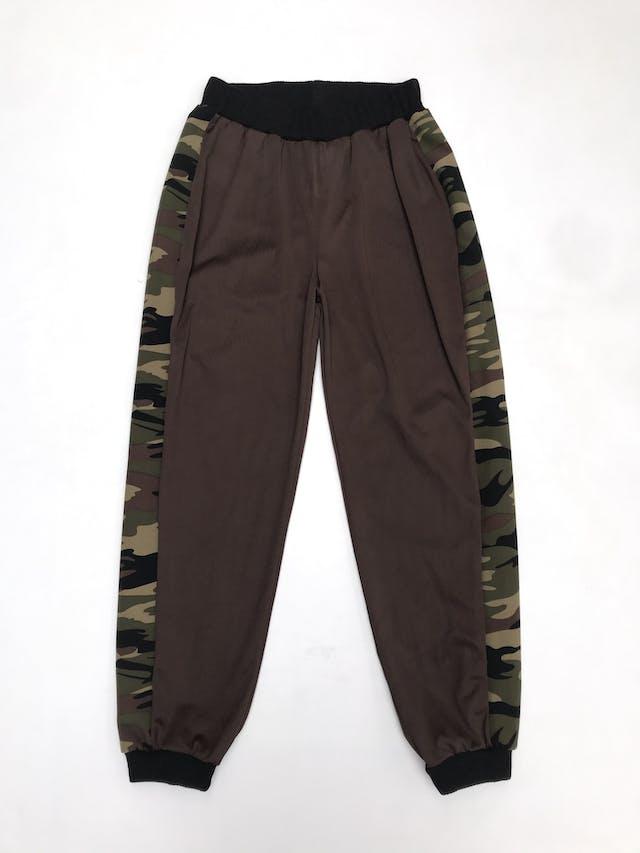 COLECCIÓN UPCYCLING  Un camisón vintage se vuelve este Jogger marrón, tela delgada con franjas laterales print camuflado, pretina y basta negra Talla S foto 1