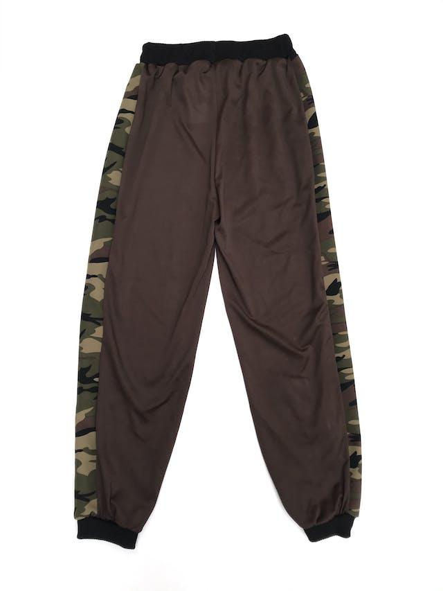 COLECCIÓN UPCYCLING  Un camisón vintage se vuelve este Jogger marrón, tela delgada con franjas laterales print camuflado, pretina y basta negra Talla S foto 2