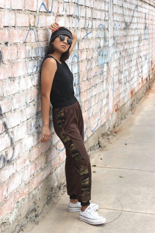 COLECCIÓN UPCYCLING  Un camisón vintage se vuelve este Jogger marrón, tela delgada con franjas laterales print camuflado, pretina y basta negra Talla S foto 3