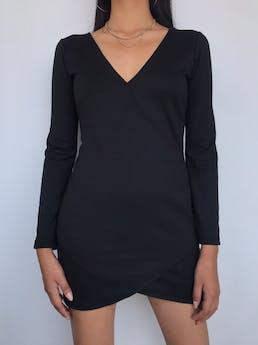 Vestido negro manga larga, escote en V y corte tipo cruzado, tela tipo algodón ligeramente stretch  Talla S foto 1