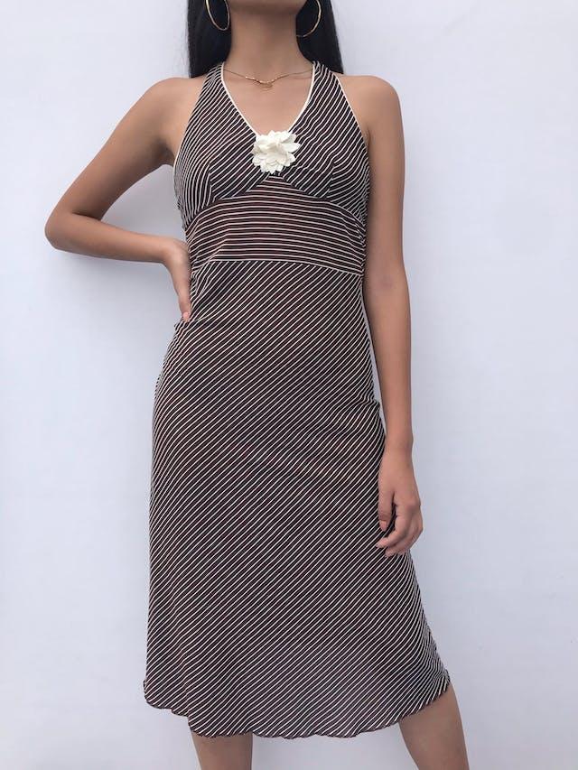 Vestido Marquis marrón con líneas blancas, cuello halter para amarrar y flor de gasa en el escote, fresco Talla S foto 2