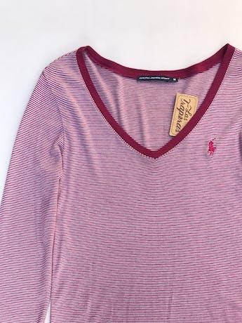 Polo Ralph Lauren Sport a rayas blancas y guindas, escote en V,  tela rica al tacto.   foto 2