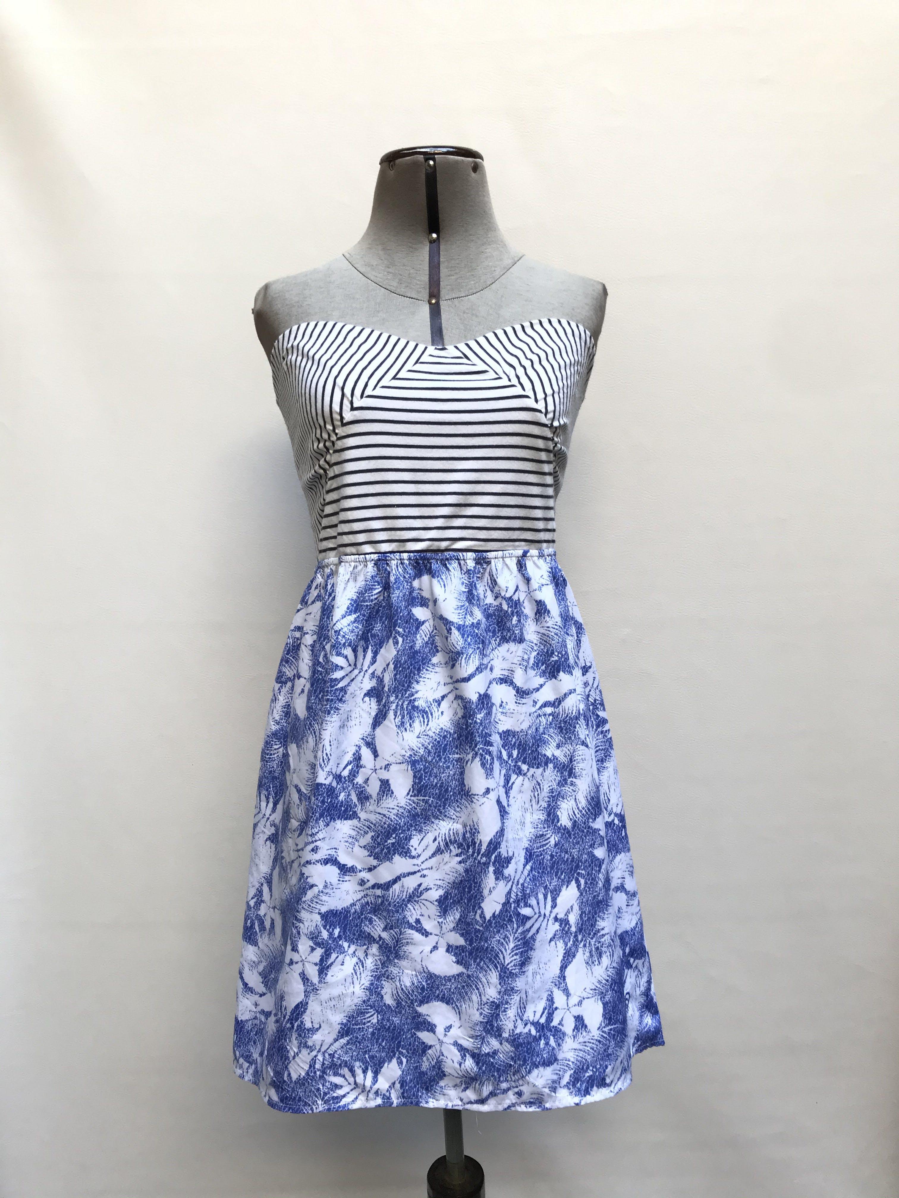 Vestido strapless busto tipo algodòn balnco con lìneas negras, falda en A azul con estampado de hojas blancas Talla L